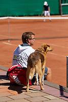 11-08-10, Hillegom, Tennis,  NJK 12 tm 18 jaar, Coach met hond