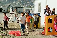 Nach dem Erdbeben im August in der Tuerkei leben tausende Menschen in Zeltlagern und Behilfszelten. Das tuerkische Militaer hat nahe der Ortschaft Asagi Yuvacik Mahallesi das Zeltlager Mehmetzik Kenti fuer ca. 4.500 Menschen errichtet. Hier leben Menschen, deren Haeuser vollstaendig zerstoert wurden.<br /> Hier: Kinderspielplatz, im Hintergrund die Stadt Izmit.<br /> 13.10.1999, Izmit/Tuerkei<br /> Copyright: Christian-Ditsch.de<br /> [Inhaltsveraendernde Manipulation des Fotos nur nach ausdruecklicher Genehmigung des Fotografen. Vereinbarungen ueber Abtretung von Persoenlichkeitsrechten/Model Release der abgebildeten Person/Personen liegen nicht vor. NO MODEL RELEASE! Nur fuer Redaktionelle Zwecke. Don't publish without copyright Christian-Ditsch.de, Veroeffentlichung nur mit Fotografennennung, sowie gegen Honorar, MwSt. und Beleg. Konto: I N G - D i B a, IBAN DE58500105175400192269, BIC INGDDEFFXXX, Kontakt: post@christian-ditsch.de<br /> Bei der Bearbeitung der Dateiinformationen darf die Urheberkennzeichnung in den EXIF- und  IPTC-Daten nicht entfernt werden, diese sind in digitalen Medien nach &sect;95c UrhG rechtlich gesch&uuml;tzt. Der Urhebervermerk wird gemaess &sect;13 UrhG verlangt.]