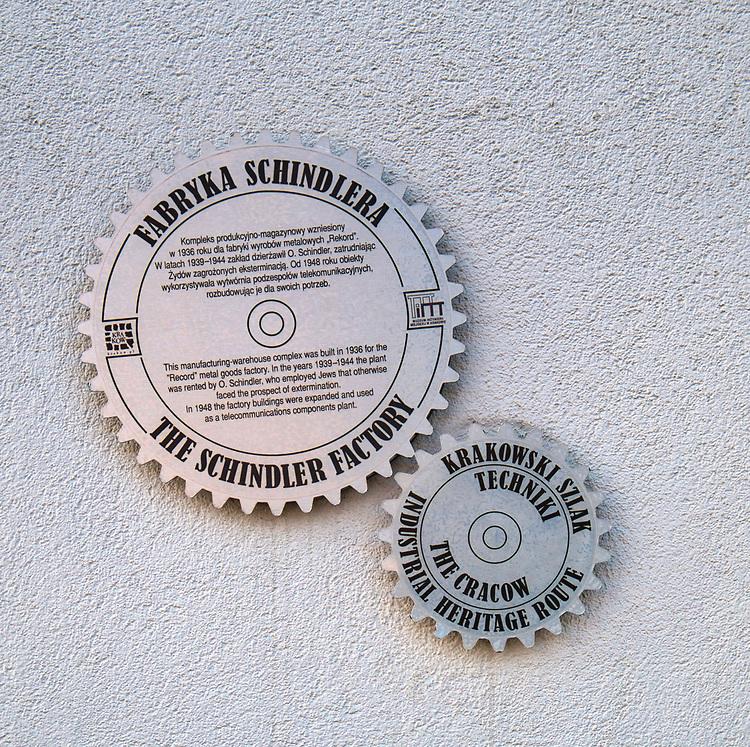 """Kraków, 2018-09-06. Fabryka """"Emalia"""" Oskara Schindlera – fabryka założona w 1937 jako miejsce produkcji wyrobów emaliowanych i blaszanych. Wydzierżawiona, a potem przejęta przez niemieckiego przedsiębiorcę Oskara Schindlera w 1939, Schindler zatrudniał w niej zagrożonych eksterminacją Żydów. Aktualnie w dawnym budynku administracyjnym Fabryki Emalia Oskara Schindlera przy ul. Lipowej 4 mieści się wystawa """"Kraków – czas okupacji 1939–1945"""" dokumentującej okres niemieckiej okupacji miasta w latach 1939-1945."""