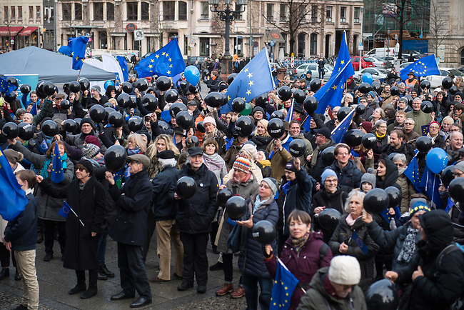 """Hunderte Menschen kamen am Samstag den 27. Januar 2019 in Berlin zu einer Kundgebung des ueberparteilichen Zusammenschluss """"Pulse of Europe"""" um fuer ein vereintes und friedliches Europa, ohne Fremdenhass und Ausgrenzung von Minderheiten zu demonstrieren. """"Wir wollen ein Zeichen setzen! Ein Zeichen, dass sich viele Menschen aktiv für den Erhalt eines demokratischen und rechtsstaatlichen, vereinten Europas einsetzen"""", so die Veranstalter, die sich auch ganz deutlich gegen einen Brexit aussprachen.<br /> Als Redner sprachen u.a. Margrethe Vestager, EU-Wettbewerbs-Kommissarin aus Daenemark und Guy Verhofstadt, Chefunterhaendler im EU-Parlament fuer den Brexit.<br /> Zu Beginn sprach die Publizistin Lea Rosh anlaesslich des Jahrestags der Befreiung des Konzentrationslager Auschwitz am 27. Januar 1945.<br /> In vielen Staedten Europas finden einmal pro Monat am Sonntag Veranstaltungen von Pulse of Europe statt.<br /> Im Bild: Die Kundgebungsteilnehmer mit schwarzen Lufballons mit der Aufschrift """"Brexit"""", aus denen die Luft gelassen wurde..<br /> 27.1.2019, Berlin<br /> Copyright: Christian-Ditsch.de<br /> [Inhaltsveraendernde Manipulation des Fotos nur nach ausdruecklicher Genehmigung des Fotografen. Vereinbarungen ueber Abtretung von Persoenlichkeitsrechten/Model Release der abgebildeten Person/Personen liegen nicht vor. NO MODEL RELEASE! Nur fuer Redaktionelle Zwecke. Don't publish without copyright Christian-Ditsch.de, Veroeffentlichung nur mit Fotografennennung, sowie gegen Honorar, MwSt. und Beleg. Konto: I N G - D i B a, IBAN DE58500105175400192269, BIC INGDDEFFXXX, Kontakt: post@christian-ditsch.de<br /> Bei der Bearbeitung der Dateiinformationen darf die Urheberkennzeichnung in den EXIF- und  IPTC-Daten nicht entfernt werden, diese sind in digitalen Medien nach §95c UrhG rechtlich geschuetzt. Der Urhebervermerk wird gemaess §13 UrhG verlangt.]"""