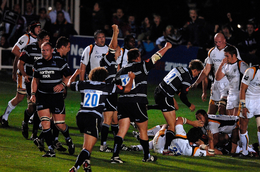 Photo: Richard Lane..Newcastle Falcons v Worcester Warriors. Guinness Premiership. 08/09/2006. .Falcons' Robbie Morris drives over for a late try.