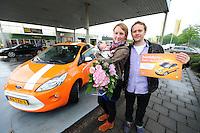 ALGEMEEN: JOURE: Ford e-KA uitreiking in Joure, 31-05-2012, Winnaar Johannes Terpstra uit Joure samen z'n vriendin Miriam en baby Annabel, ©foto Martin de Jong