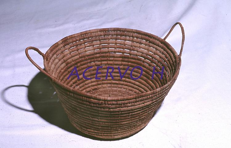 Cesto  artesanal produzida por Índios Werekena no alto rio Xié, com fibras de piaçaba(Leopoldínia píassaba Wall). A fibra , um dos principais produtos geradores de renda na região é coletada de forma rudimentar. Até hoje é utilizada na fabricação de cordas para embarcações, chapéus, artesanato e principalmente vassouras, que são vendidas em várias regiões do país.<br />Alto rio Xié, fronteira do Brasil com a Venezuela a cerca de 1.000Km oeste de Manaus.<br />06/06/2002.<br />Foto: Paulo Santos/Interfoto Expedição Werekena do Xié<br /> <br /> Os índios Baré e Werekena (ou Warekena) vivem principalmente ao longo do Rio Xié e alto curso do Rio Negro, para onde grande parte deles migrou compulsoriamente em razão do contato com os não-índios, cuja história foi marcada pela violência e a exploração do trabalho extrativista. Oriundos da família lingüística aruak, hoje falam uma língua franca, o nheengatu, difundida pelos carmelitas no período colonial. Integram a área cultural conhecida como Noroeste Amazônico. (ISA)