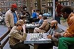 Jogo de xadrez na praça em Nova York. EUA. 1982. Foto de Juca Martins.