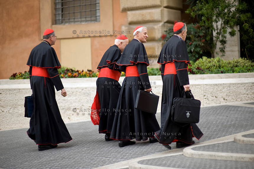 Continuano gli incontri dei cardinali per trovare l'accordo sulla data dell'inizio del Conclave che porterà all'elezione del nuovo Papa dopo le dimissioni di Benedetto XVI.