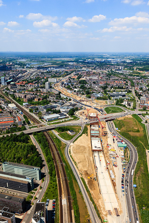 Nederland, Limburg, Maastricht, 27-05-2013; bouwwerkzaamheden voor de A2 traverse, De Groene Loper. <br /> <br /> De snelweg A2 gaat ondergronds, er wordt een gestapelde tunnel gebouwd (2 wegen boven elkaar). Het plan moet voor een betere bereikbaarheid en leefbaarheid van Maastricht zorgen en ook voor een betere doorstroming op de A2.<br /> Construction works for motorway A2 crossing Maastricht, the so-called Green Carpet.<br /> The A2 motorway goes underground, a stacked tunnel is  built with two roads above each other). The plan should provide better accessibility and traffic flow.<br /> luchtfoto (toeslag op standard tarieven);<br /> aerial photo (additional fee required);<br /> copyright foto/photo Siebe Swart.