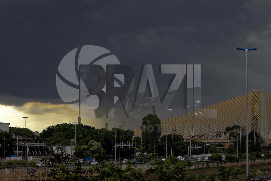 SÃO PAULO, SP, 14/01/2012, NUVENS CARREGADAS.<br /> <br /> Nuvens carregadas sobre a zona norte da capital paulista na tarde de hoje (14).<br /> <br /> Luiz Guarnieri/ News Free
