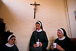 SOCIETY OF ST MARGARETS NUNS, CHURCH OF ENGLAND. 2 SISTERS AND MOTHER THERESA (RIGHT) IN PRIORY,