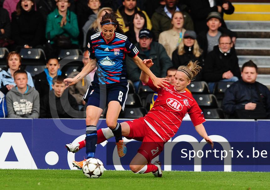 Uefa Women 's Champions League Final 2011 at Craven Cottage Fulham - London : Olympique Lyon - Turbine Potsdam : Lotta Schelin aan de bal voor de tackelende Tabea Kemme.foto DAVID CATRY / JOKE VUYLSTEKE / Vrouwenteam.be.