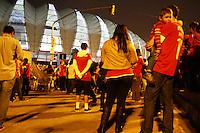 PORTO ALEGRE, RS, 07.06.2014 -  HOMENAGEM FERNANDÃO / INTERNACIONAL  -  Torcedores do internacional, fazem homenagem  ao eterno ídolo capitão Fernandão, em frente ao estádio Beira-Rio na noite deste sábado (7). (Foto: Paulo Lisboa / Brazil Photo Press)