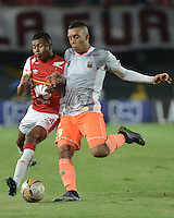 BOGOTÁ -COLOMBIA, 01-11-2015. Jhon Miranda (Izq) de Independiente Santa Fe disputa el balón con Daniel Londoño (Der) jugador de Envigado FC durante partido por la fecha 18 de la Liga Aguila II 2015 jugado en el estadio Nemesio Camacho El Campín de la ciudad de Bogotá./ Jhon Miranda player (L) of Independiente Santa Fe fights for the ball with Daniel Londoño (R) player of Envigado FC during the match for the date 18 of the Aguila League II 2015 played at Nemesio Camacho El Campin stadium in Bogotá city. Photo: VizzorImage/ Gabriel Aponte / Staff