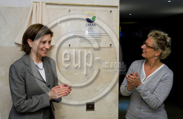 "Brussels-Belgium - May 17, 2010 -- EMAS (Eco-Management and Audit Scheme) registration of the ""Complejo España"" (Permanent Representation of Spain to the EU, Permanent Representation of Spain to the Council of the WEU, General Consulate of Spain in Belgium), here, Elena ESPINOSA MANGANA (le), Minister for the Environment, the Rural and Marine Affairs of Spain, with Evelyne HUYTEBROECK (ri), Minister for the Environment, Energy and urban Renovationof the Government of Brussels-Capital Region, unveiling the plaque -- Photo: Horst Wagner / eup-images"