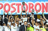 BOGOTÁ -COLOMBIA, 17-07-2013.  Macnelly Torres  jugador del Atlético Nacional  levanta el trofeo de campeones de la Liga Postobón ,  estadio Nemesio Camacho El Campín de la capital / Macnelly captain of Atletico Nacional Torres lifts the trophy Postobón League champions, Nemesio Camacho El Campin stadium in the capital <br /> . Photo: VizzorImage/ Felipe Caicedo/ STAFF