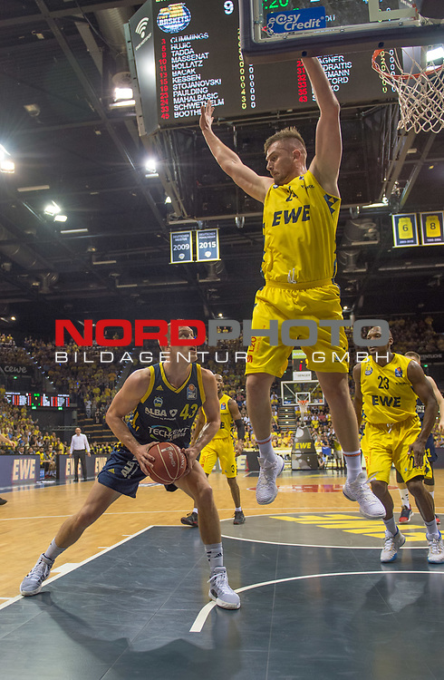 02.06.2019, EWE Arena, Oldenburg, GER, easy Credit-BBL, Playoffs, HF Spiel 1, EWE Baskets Oldenburg vs ALBA Berlin, im Bild<br /> Luke SIKMA (ALBA Berlin #43 ) Rashid MAHALBASIC (EWE Baskets Oldenburg #24 )<br /> <br /> Foto © nordphoto / Rojahn