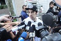 SAO PAULO SP, 06 MARCO 2013 - Champignon, baixista da banda de rock santista, Charlie Brown Jr, concede coletiva em frente ao prédio de Chorão, vocalista e líder da banda, onde o músico foi encontrado morto nesta madrugada, 6, em Pinheiros, na zona oeste de São Paulo.(FOTO: ADRIANO LIMA / BRAZIL PHOTO PRESS).