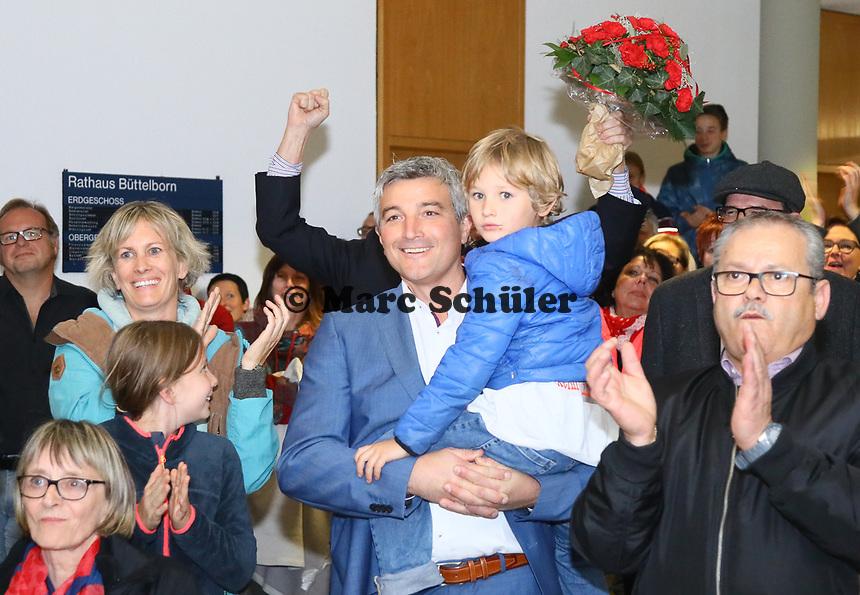 B&uuml;ttelborn 28.10.2018: B&uuml;rgermeister- und Landtagswahl<br /> SPD-B&uuml;rgermeisterkandidat Marcus Merkel verfolgt mit Frau Katrin (l.), Sohn Nick (auf dem Arm) und Tochter Laura  den Ausgang der Wahl zu seinen Gunsten. Die Anwesenden applaudieren ihm<br /> Foto: Vollformat/Marc Sch&uuml;ler, Sch&auml;fergasse 5, 65428 R'heim, Fon 0151/11654988, Bankverbindung KSKGG BLZ. 50852553 , KTO. 16003352. Alle Honorare zzgl. 7% MwSt.