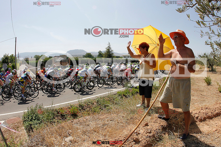Some fans cheering the peloton of cyclists during the stage of La Vuelta 2012 between Logroño and Logroño.August 22,2012. (ALTERPHOTOS/Paola Otero) /NortePhoto.com<br />