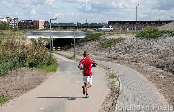 Nederland Almere  2018. Nieuwbouw in Almere Poort. Project Duin. Joggen op straat.  Foto Berlinda van Dam / Hollandse Hoogte
