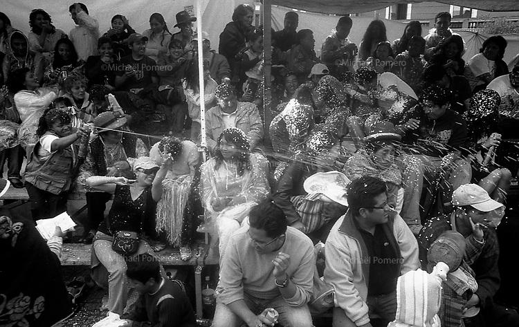 02.2010 La Paz (Bolivia)<br /> <br /> Bataille d'eau lors du défile du Carnaval de La Paz.<br /> <br /> Water battle during the parade of the carnival in La Paz.