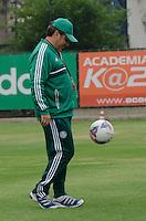 SÃO PAULO, SP, 19 DE SETEMBRO DE 2013 - TREINO PALMEIRAS - O técnico Gilson Kleina, durante treino do Palmeiras, no CT da Barra Funda, região oeste da capital, na tarde desta quinta feira, 19. FOTO: ALEXANDRE MOREIRA / BRAZIL PHOTO PRESS
