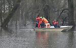 Foto: VidiPhoto<br /> <br /> RHENEN &ndash; Muskusrattenbestrijders van het Waterschap Rivierenland hebben er dinsdag door de hoge waterstand een klus bij: beverinspectie. Doordat uiterwaarden en natuurgebieden langs de grote rivieren zijn ondergelopen, stromen ook de beverburchten vol. Met als gevolg dat de dieren het hogerop zoeken, richting de dijken. Daar graven ze gaten van 50 cm. breed en 8 meter diep, met als gevolg dat het zand uit de dijken spoelt en de waterkeringen worden ondermijnd. De beverpopulatie neemt jaarlijks fors toe en dreigt voor een veiligheidsramp te zorgen als er niet snel wordt ingegrepen. Omdat de bever echter een extreem beschermde diersoort is en natuurorganisaties dwars blijven liggen, is bejagen niet mogelijk. In Duitsland gebeurt dat wel. Daarom brengen de rattenvangers die bevers alleen in kaart en verjagen ze de dieren bij de dijken, zodra daar sprake van is. Ondertussen biedt het hoge water ook een extra kans om de lastig bejaagbare (op moeilijk bereikbare plekken) muskus- en beverratten aan te pakken. Foto: Muskusrattenbestrijders op pad in natuurgebied de Blaauwe Kamer bij Rhenen.