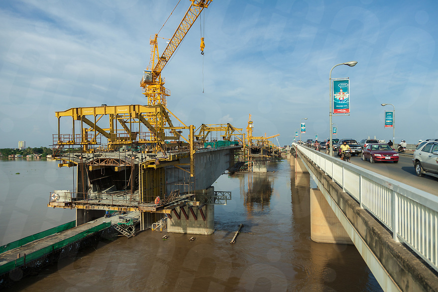 "October 13, 2013 - Phnom Penh (Cambodia). View of the construction site of the ""Chinese bridge"". © Thomas Cristofoletti / Ruom"