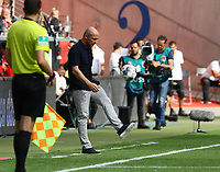 Trainer Alfred Schreuder (TSG 1899 Hoffenheim) jongliert den Ball - 18.08.2019: Eintracht Frankfurt vs. TSG 1899 Hoffenheim, Commerzbank Arena, 1. Spieltag Saison 2019/20 DISCLAIMER: DFL regulations prohibit any use of photographs as image sequences and/or quasi-video.