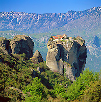 Greece, Thessaly, near Kalambaka: The Metéora monasteries, UNESCO World Heritage - Aghia Triada (holy Trinity) Monastery | Griechenland, Thessalien, bei Kalambaka: die Metéora-Kloester, oestlich des Pindos-Gebirges gehoeren zum UNESCO-Weltkulturerbe - Das Kloster Agía Triáda