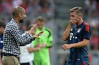 Fussball  International   Audi Cup 2013  Saison 2013/2014   31.07.2013 FC Bayern Muenchen - Sao Paulo FC  Trainer Pep Guardiola (li, FC Bayern Muenchen) im Gespraech mit Bastian Schweinsteiger (FC Bayern Muenchen)