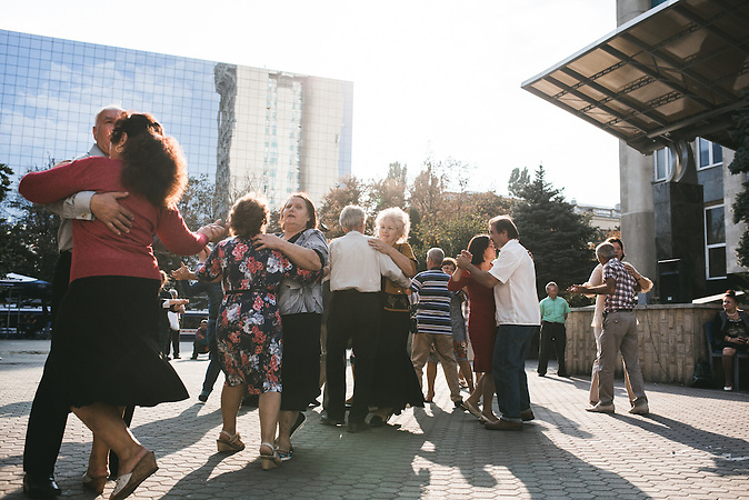 """Hier wird sonntags auch einmal zu Dschingis Khans """"Moskau"""" aus den 70ern getanzt. Vor allem ältere Menschen haben es nicht leicht in Moldawien und sehnen sich nach der Sowjet-Zeit. Politiker wie der Präsidentschaftskandidat Igor Dodon spielen bewusst damit, indem sie eine Annäherung an Russland versprechen.  / Vor der Präsidentenwahl in der Republik Moldau"""