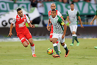MEDELLIN - COLOMBIA-14-07-2013: McNelly Torres (Der) jugador del Atletico Nacional disputa el balón con Julian Anchico (Izq.) del Independiente Santa Fe durante partido en el estadio Atanasio Girardot de la ciudad de Medellin, julio 14 de 2013. Atletico Nacional y Indepndiente Santa Fe durante partido de ida por la final de la Liga Postobon I. (Foto: VizzorImage / Luis Rios / Str).  McNelly Torres (R) of player of Atletico Nacional fights for the ball with Julian Anchico (L) player from Independiente Santa Fe during game in the Atanasio Girardot stadium in Medellin City, July 14, 2013. Atletico Nacional and Independiente Santa Fe, during match for the firsts round of finals of the Postobon League I. (Photo: VizzorImage / Luis Rios / Str).