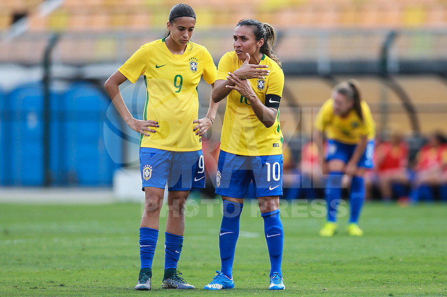 SÃO PAULO, SP, 28.11.2015 - BRASIL-NOVA ZELANDIA -  Marta (D) e Andressa Alves da seleção brasileira durante partida contra a Nova Zelandia em amistoso internacional no Estadio Paulo Machado de Carvalho, o Pacaembu na região oeste de São Paulo, neste sábado 28. (Foto: William Volcov/Brazil Photo Press)