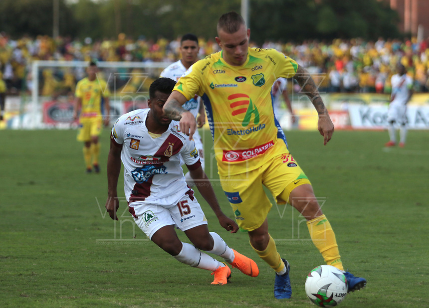 NEIVA- COLOMBIA, 17-03-2019:Tomas Maya(Der.) jugador del Atlético Huila disputa el balón con Luis Gonzalez (Izq.) jugador del Deportes Tolima durante partido por la fecha10 de la Liga Águila I 2019 jugado en el estadio Guillermo Plazas Alcid de la ciudad de Neiva. / Tomas Maya (R) player of Atletico Huila fights the ball agaisnt of Luis Gonzalez (L) player of  Deportes Tolima during the match for the date 10 of the Liga Aguila I 2019 played at the Guillermo Plazas Alcid Stadium in Neiva  city. Photo: VizzorImage / Sergio Reyes / Contribuidor.