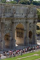 Rome continue to be one of the most visited city in the world..Roma continua ad essere una delle città più visitata al mondo.Turist walk in front of the Arch of Constantine
