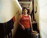KOS / Kosovo /Mitrovica / 01.07.2009 / Frau im Korridor einer Containerbehausung, Lager Ostaroda