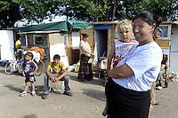 Roma, 14 Maggio 2009.Campo Rom Via di Centocelle.Comunità di Rom Romeni.Rome, May 14, 2009.Via di Centocelle Roma camp.Community of Romanian Roma