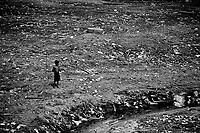 """MANAUS AM 13 09 2010. SECA LIXO Garoto brinca no leito poluído do igarapé do São Raimundo.  A série """" Seca no Amazonas"""", documenta  a maior seca já registrada no  estado desde que  o nível dos rio Amazonas e rio Negro passaram a ser monitorados em 1905. Eventos extremos estão se tornando cada vez mais comuns para a população que tenta adaptar-se a a cada período de estiagem na região. (Foto Alberto Cesar Araujo)"""