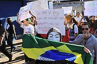 SAO JOSE DOS PINHAIS, PR, 22 DE JUNHO DE 2013 - MANIFESTACAO - Cerca de tres mil pessoas participaram, na tarde de sebado (22), de duas manifestacoes que percorreram as ruas de Sao Jose dos Pinhais, município da Regiao Metropolitana de Curitiba (RMC), onde esta localizado o Aeroporto Afonso Pena e recebe várias de obras viarias por meio do Pac da Copa). (Foto: Roberto Dziura Jr./Brazil Photo Press).