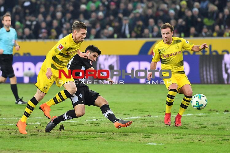 18.02.2018, Borussia-Park, Moenchengladbach, GER, 1.FBL, Borussia Moenchengladbach vs Borussia Dortmund, im Bild Strafraumszene . Torchance von Lars Stindl (#13, Borussia Moenchengladbach)  re. Lukasz Piszczek (#26, Borussia Dortmund) <br /> <br /> <br /> Foto &copy; nordphoto / Mauelshagen
