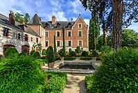 France, Indre-et-Loire (37), Amboise, Jardin et Château du Clos Lucé, bordures et topiaires d'ifs et buis,  rosiers 'Mona Lisa'