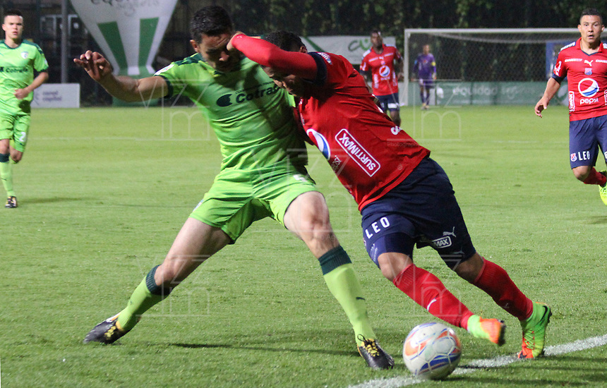 BOGOTA - COLOMBIA - 21 - 10 - 2017: Francisco Najera (Izq.) jugador de La Equidad disputa el balón con Daniel Catano (Der.) jugador del iIndependiente Medellín, durante partido entre La Equidad y el Indeendiente Medellín,  por la fecha 16 de la Liga Aguila II-2017, jugado en el estadio Metropolitano de Techo de la ciudad de Bogota. / Francisco Najera (L) player of La Equidad vies for the ball with Daniel Catano(R) player of Independiente Medellin, during a match between La Equidad and Indepndiente Medellin, for the  date 16nd of the Liga Aguila II-2017 at the Metropolitano de Techo Stadium in Bogota city, Photo: VizzorImage  /Felipe Caicedo / Staff.