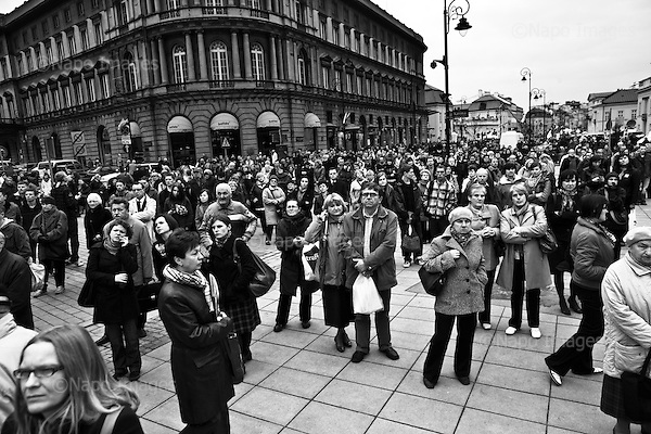Warsaw 14 April 2010 Poland.<br /> Mourning after the crash of the plane, in which killed President Lech Kaczynski and his wife Maria. Poles crowd arrived at the Presidential Palace to pay homage, to pay tribute and say goodbye to the deceased Presidents tragic<br /> (Photo by Filip Cwik / Newsweek Poland / Napo Images)<br /> <br /> Warszawa 14 kwiecien  2010 Polska.<br /> Zaloba po katastrofie samolotu, w ktorej zginal Prezydent RP Lech Kaczynski wraz z zona Maria. Polacy tlumnie przybyli pod Palac Prezydenta aby oddac czesc, zlozyc hold i pozegnac tragicznie zmarlego Prezydenta RP<br /> (fot. Filip Cwik / Newsweek Polska / Napo Images)