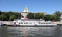 Touristenboote auf der Moskwa - 15.06.2018: Sightseeing Moskau