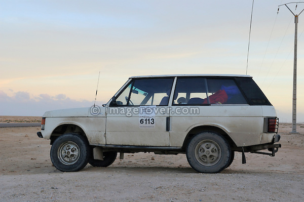 Africa, Morocco, Western Sahara, Dakhla. Classic Range Rover competing in the britisch Plymouth to Banjul Challenge. --- No releases available. Automotive trademarks are the property of the trademark holder, authorization may be needed for some uses.