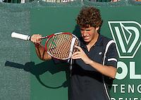 13-7-06,Scheveningen, Siemens Open, third round match, Robin Haase controleerd zijn racket