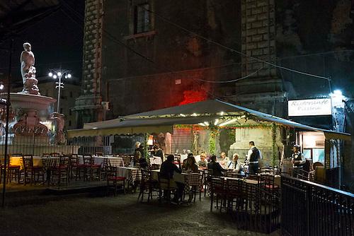 Catane, Sicile, Italie, spet 2015. Terrasse de restaurant de nuit