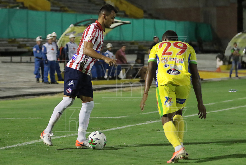 NEIVA - COLOMBIA, 15-09-2019: Bayron Garces de Huila disputa el balón con Marlon Piedrahita de Junior durante partido por la fecha 11 de la Liga Águila II 2019 entre Atlético Huila y Atlético Junior jugado en el estadio Guillermo Plazas Alcid de la ciudad de Neiva. / Bayron Garces of Huila fights for the ball with Marlon Piedrahita of Junior during match for the date 11 of the Liga Aguila II 2019 between Atletico Huila and Atletico Junior played at the Guillermo Plazas Alcid stadium of Neiva city. VizzorImage / Sergio Reyes / Cont