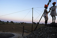 "S?dasien Asien Indien IND Rajasthan Bauern bauen neuen Brunnen zur Bewaesserung ihrer Felder  -  Landwirtschaft Wasser xagndaz | .South Asia India Rajasthan , farmer construct new well for irrigation at farm -  agriculture water .| [ copyright (c) Joerg Boethling / agenda , Veroeffentlichung nur gegen Honorar und Belegexemplar an / publication only with royalties and copy to:  agenda PG   Rothestr. 66   Germany D-22765 Hamburg   ph. ++49 40 391 907 14   e-mail: boethling@agenda-fototext.de   www.agenda-fototext.de   Bank: Hamburger Sparkasse  BLZ 200 505 50  Kto. 1281 120 178   IBAN: DE96 2005 0550 1281 1201 78   BIC: ""HASPDEHH"" ,  WEITERE MOTIVE ZU DIESEM THEMA SIND VORHANDEN!! MORE PICTURES ON THIS SUBJECT AVAILABLE!! INDIA PHOTO ARCHIVE: http://www.visualindia.net ] [#0,26,121#]"