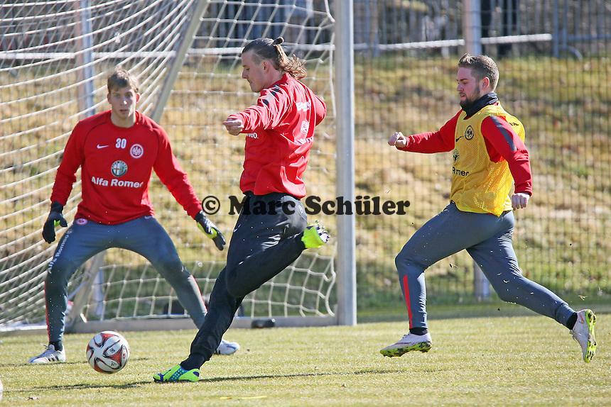 Alex Meier zieht ab gegen Felix Wiedwald und Marc Stendera  - Eintracht Frankfurt Training, Commerzbank Arena