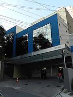 SAO PAULO, SP,  13 DE MAIO DE 2013 - CLINICA SALT LAKE - Na tarde desta segunda-feira a faixada da Clinica Salt Lake é retirada apos a diretora de escola Janir Tuffani, de 48 anos faleceu apos realizar seis cirurgias plasticas ao mesmo tempo na ultima sexta-feira, 3 FOTO: MAURICIO CAMARGO / BRAZIL PHOTO PRESS.